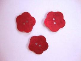 Een rode bloemknoop van parelmoer met een doorsnee van 24 mm.