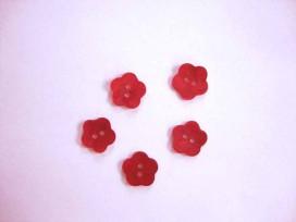 Een rode bloemknoop van parelmoer met een doorsnee van 12 mm.