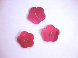 Een roze bloemknoop van parelmoer met een doorsnee van 24 mm.