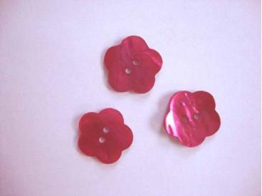 Een roze bloemknoop van parelmoer met een doorsnee van 20 mm.