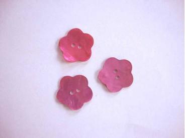 Een roze bloemknoop van parelmoer met een doorsnee van 18 mm.