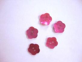 Een roze bloemknoop van parelmoer met een doorsnee van 12 mm.