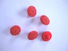 Een rode kunststof bloemknoop met een doorsnee van 12 mm.