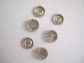 Stofknopen metaal met een doorsnee van 15 mm.