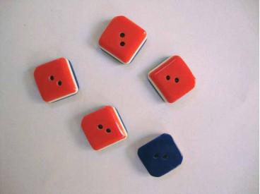 Hollandse knoop. Een vierkante kunststof knoop met een doorsnee van 15 mm.