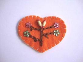 Hartjes applicatie Vilt Oranje met 4 bloemen