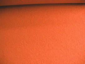 Mooie zware kwaliteit voorgekookte oranje bouclé wolvilt.  Rafelt niet.  100% wol  1.45 mtr.br.  410gr/m2