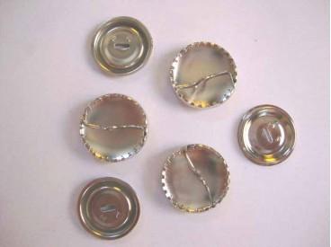 Stofknopen metaal met een doorsnee van 29 mm.