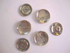 Stofknopen metaal met een doorsnee van 38 mm.