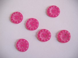 Roze kunststof knoop van 15 mm. doorsnee.