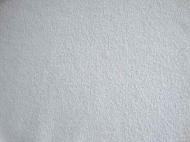 Een soepelvallende gebreide echt witte tricot. Voelt aan als katoen.  100% polyester  1.45 mtr. br.