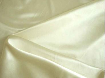 Mooie kwaliteit off-white/creme kleurige stretch satijn.  96%pl./3%sp.1.40 mtr. br.  100gr./m2
