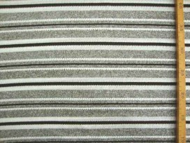 Een gebreide soepelvallende tricot met zwart/grijze breedtestreep. Voelt aan als katoen.  100% polyester  1.40 mtr.br.