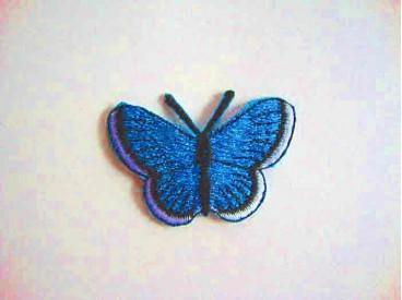 Een opstrijkbare vlinder applicatie van 5 x 3.5 cm. Aqua glitter