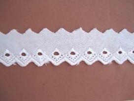 Wit katoenkant met punt en 1 gaatje 15mm. 943H