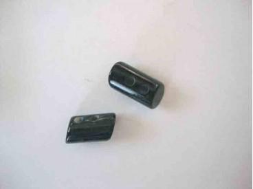 Een zwarte 2 gaats hoorn knebelknoop. van 22mm. lang en 10 mm. doorsnee