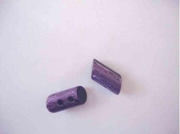 Een Paarse 2 gaats hoorn knebelknoop. van 22mm. lang en 10 mm. doorsnee