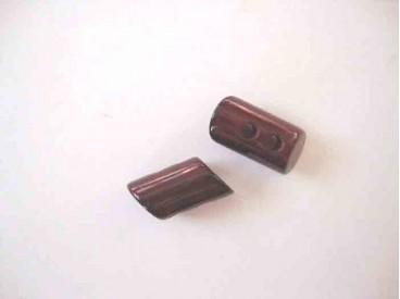 Een donkerrode 2 gaats hoorn knebelknoop. van 22mm. lang en 10 mm. doorsnee
