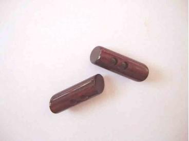 Een donkerrode 2 gaats hoorn knebelknoop. van 33mm. lang en 10 mm. doorsnee