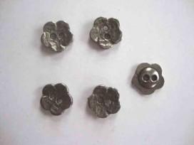 Een zilver metalen bloemknoop met een doorsnee van 15 mm.
