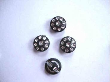Een exclusieve zwarte kunststof knoop met glittersteentjes. Doorsnee is 15 mm.