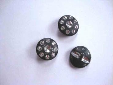 Een exclusieve zwarte kunststof knoop met glittersteentjes. Doorsnee is 22 mm.