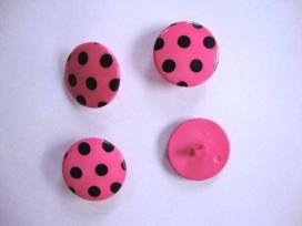 Pinkkleurige kunststof knoop met een zwarte stip. Doorsnee van 22 mm.