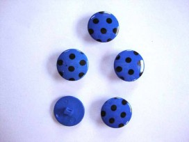 Kobalt kleurige kunststof knoop met een zwarte stip. Doorsnee van 18 mm.