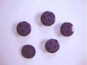 Paars kleurige kunststof knoop met een zwarte stip. Doorsnee van 18 mm.