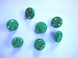 Een groene kunststof knoop met een klaver afbeelding. Doorsnee 13 mm.