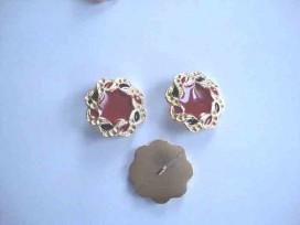 Een metalen damesknoop met rood, donkerblauw/gouden vlecht. Doorsnee 28mm.