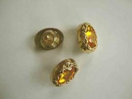 Een geel/gouden diamantknoop met een afmeting van 25x18mm.