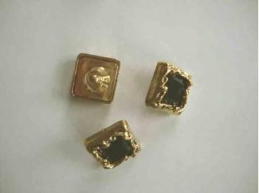 Een vierkant zwart/gouden diamantknoop met een afmeting van 20x20mm.