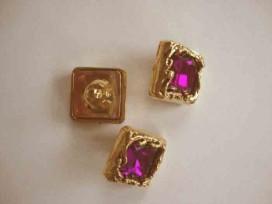Een vierkant paars/gouden diamant knoop met een afmeting van 20x20mm