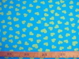 Een aquakleurige tricot met limekleurige hartjes. Rekt zowel in de breedte als in de lengte. 95%co/5%el. 1,50 mtr. br. 200gr/m2