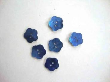 Een blauwe bloemknoop van parelmoer met een doorsnee van 12 mm.