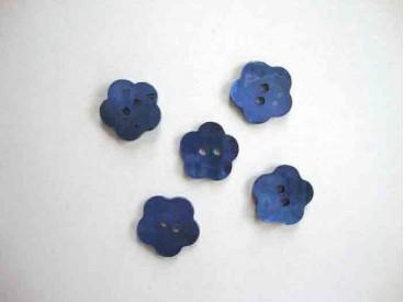 Een blauwe bloemknoop van parelmoer met een doorsnee van 15 mm.