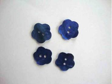 Een blauwe bloemknoop van parelmoer met een doorsnee van 18 mm.