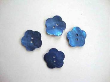 Een blauwe bloemknoop van parelmoer met een doorsnee van 20 mm.