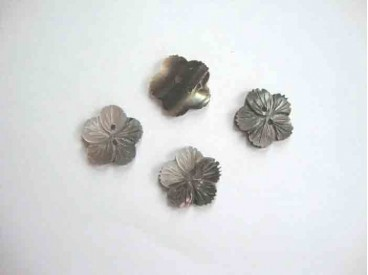 Een zilveren parelmoerknoop in een bloemvorm met een doorsnee van 20 mm.