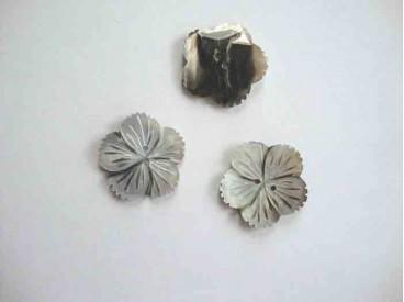 Een exclusieve zilver/zwarte parelmoerknoop in een bloemvorm met een doorsnee van 28 mm.