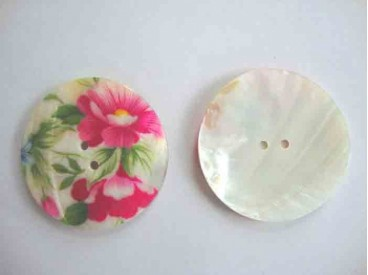 Een exclusieve ronde parelmoerknoop met een bloemprint. Doorsnee 60mm.