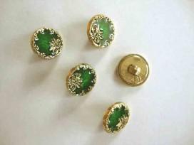 Een ronde, groen/goudkleurige kunststof dames knoop met een bloemrand. Doorsnee 15 mm.