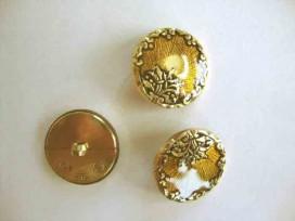 Een ronde, geel/goudkleurige kunststof dames knoop met een bloemrand. Doorsnee 25 mm.