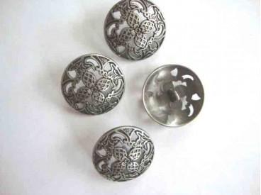 Een exclusieve oudzilverkleurige metalen knoop, opengewerkt met bloem motief. Doorsnee 28 mm.