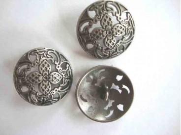 Een exclusieve oudzilverkleurige metalen knoop, opengewerkt met bloem motief. Doorsnee 34 mm.