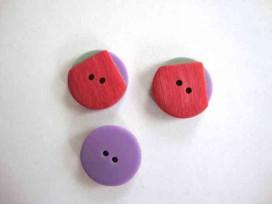 Een rood/groen/paarse kunststof knoop met een doorsnee van 20 mm.