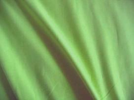 Tricot effen limekleurig. Rekt zowel in de breedte als in de lengte. 95%co/5%el. 1,50 mtr. br. 200gr/m2