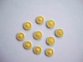 Gele opnaaibare pailletten.  Doorsnee 12 mm.  De prijs is voor 1 zakje met 10 stuks
