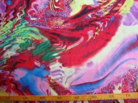 Stretch satijn met een groot roze/ rood patroon.  97%pl/3%sp.  1.50 mtr. br.